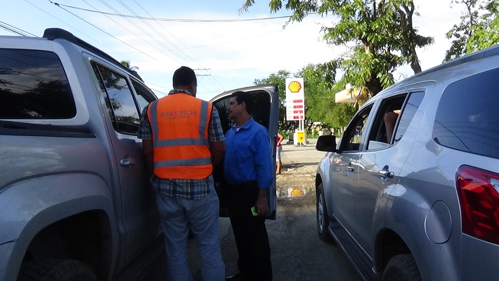 Ingenieros de obras publicas miden calles para el asfaltado de Rio San Juan